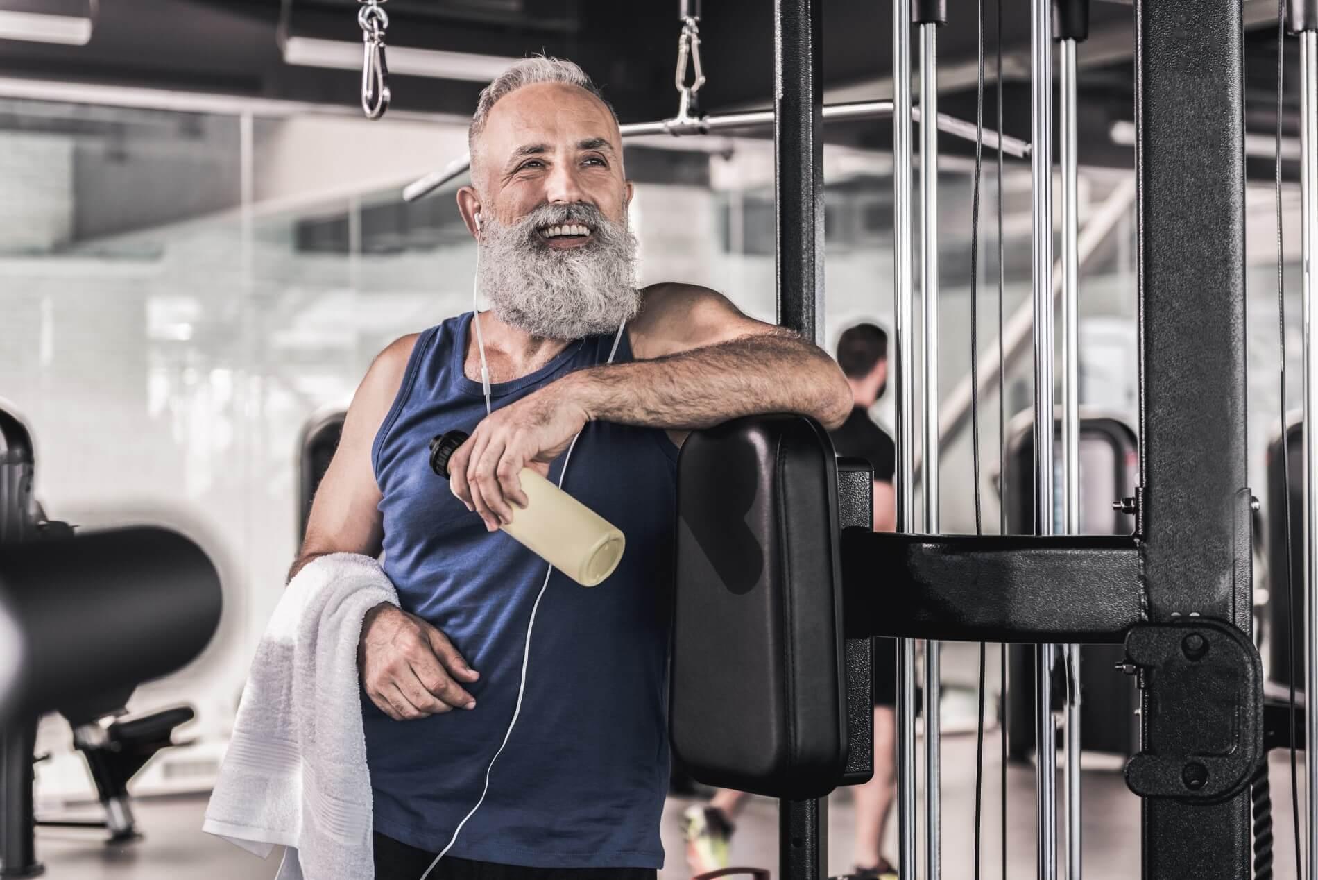 Mann im Fitnesstudio
