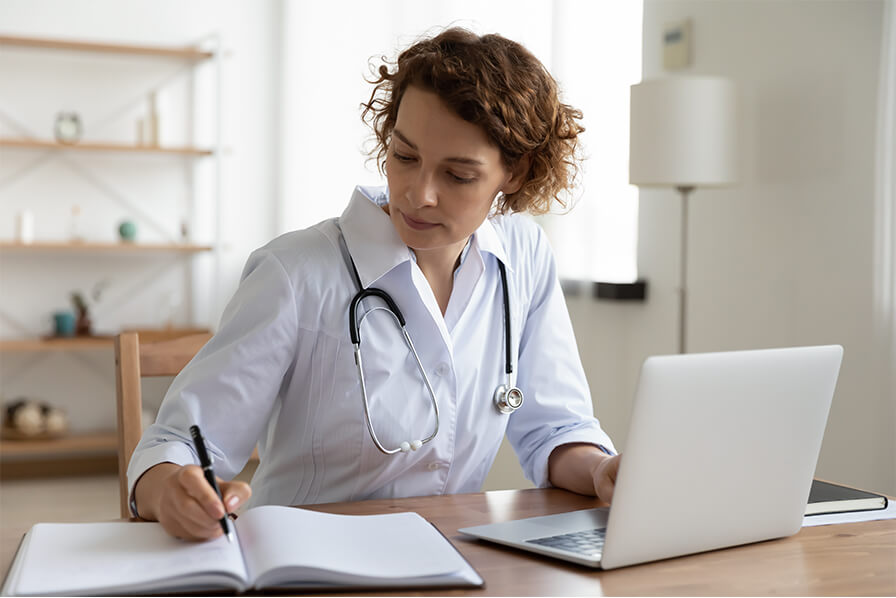 Ärztin schreibt was auf