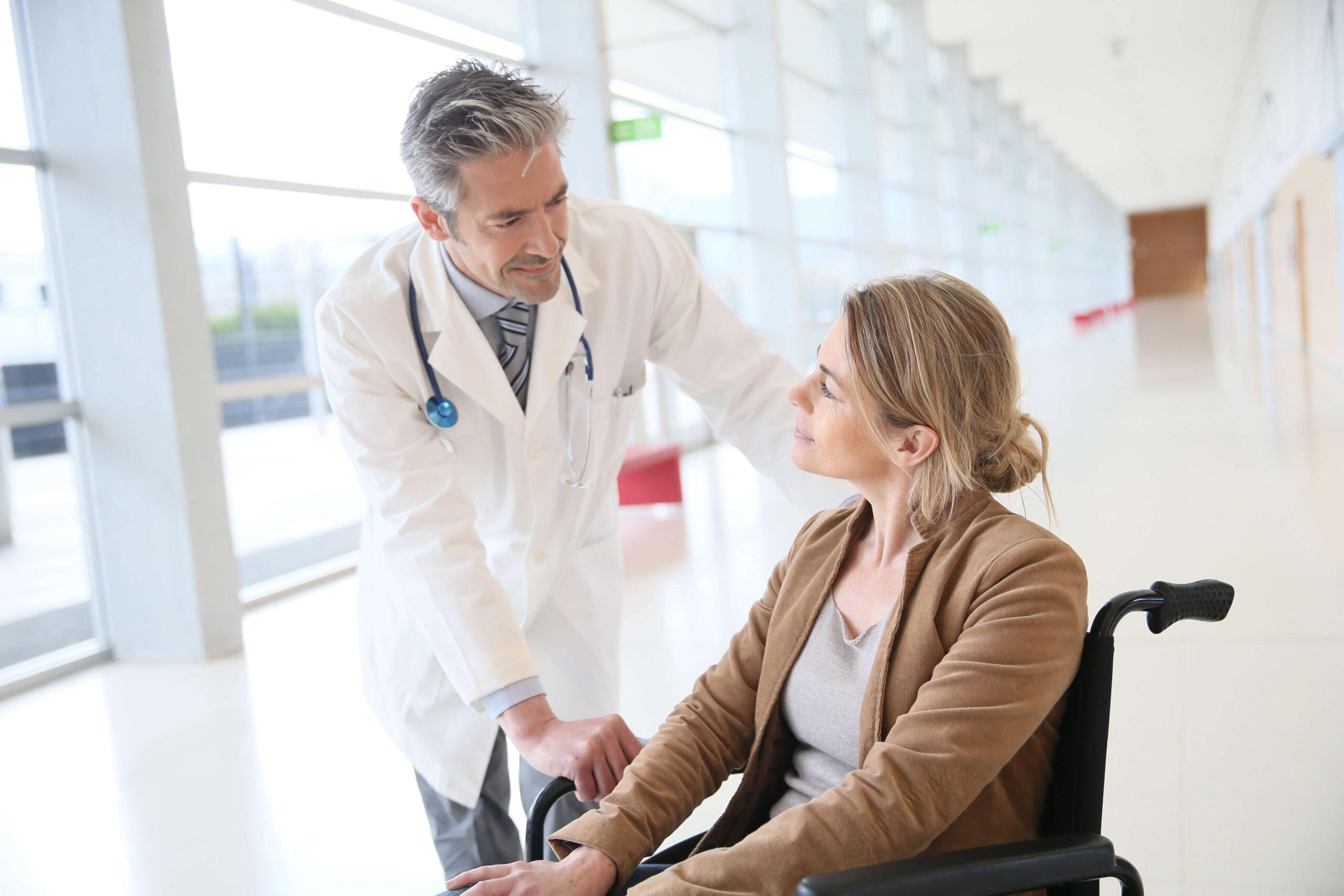 Arzt unterhält sich mit Patientin