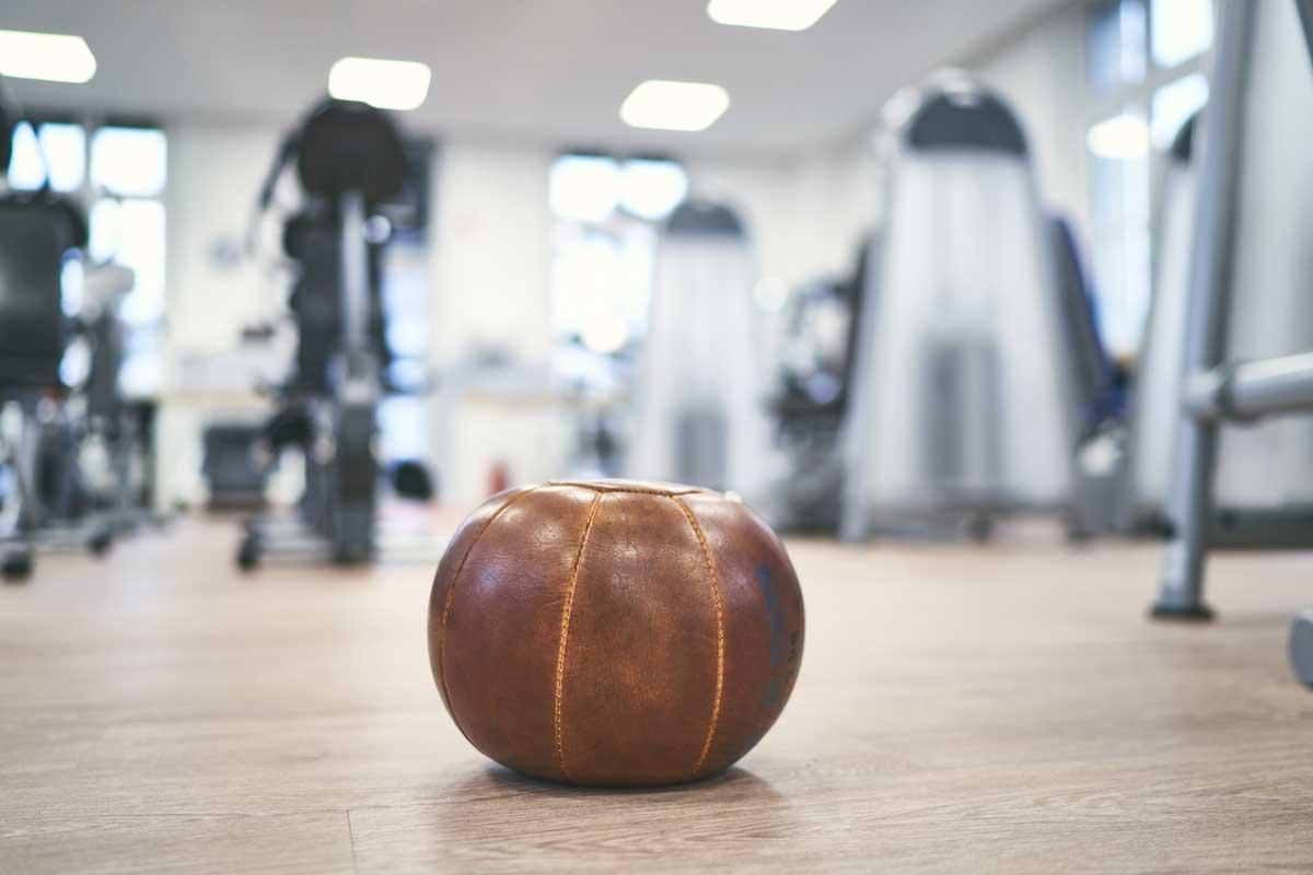 Medizinball im Fitnesstudio